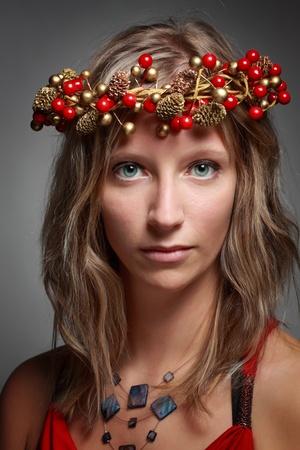 corona navidad: mujer linda joven que llevaba una corona de Navidad, fondo blanco