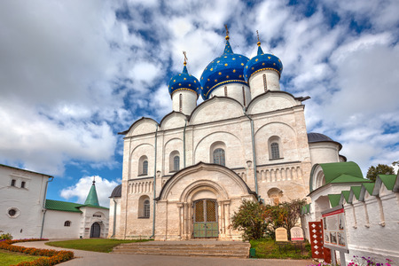 paysage: SUZDAL, RUSSIA - SEPTEMBER 08, 2014: Architectural and Museum Complex of the Suzdalian Kremlin. Cathedral of the Nativity of the Virgin. According to historical records Nativity Cathedral in Suzdal was built in the years 1222-1225