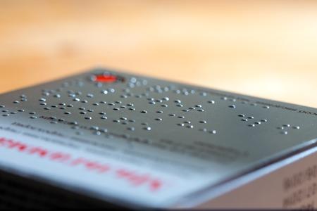 braille: Caja de cartón de medicamentos etiquetados en Braille
