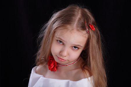 alicaído: Sad niña colgando su cabeza  Foto de archivo