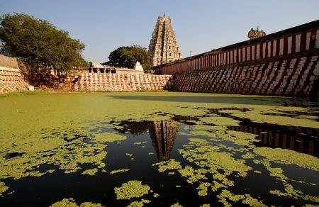 krishna: Oude water zwembad en de tempel op Krishna markt, Hampi, Karnataka state, India