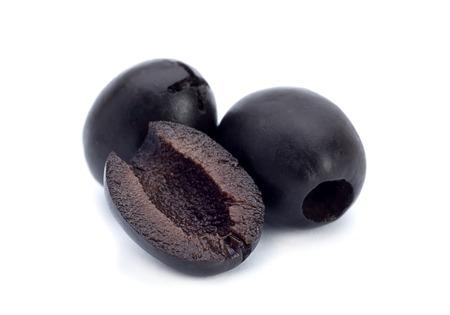 pitted: Nero marinato snocciolato olive closeup isolato su sfondo bianco