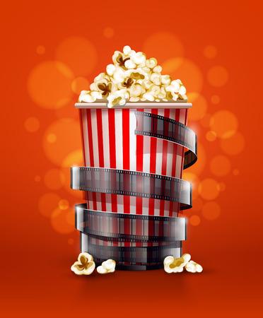 cinta de pelicula: concepto de cine con el cubo de papel con palomitas de maíz y la cinta de la película de cine.