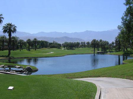 palm desert: Percorso verso il basso campo da golf a Palm Desert, CA, con stagno  Archivio Fotografico
