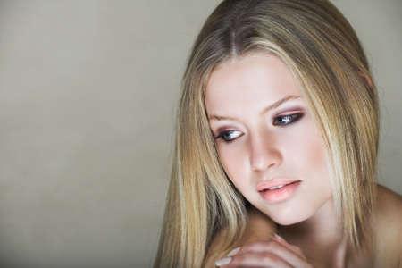 blonde yeux bleus: Belle jeune adolescente avec de longs cheveux blonds et les yeux bleus en effet faible cl�