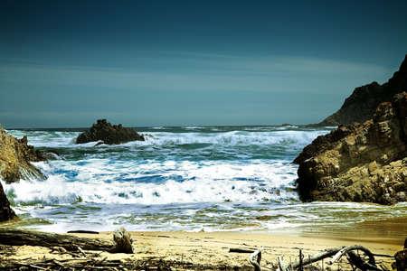 espumante: Dram�tico playa con olas de espuma  Foto de archivo