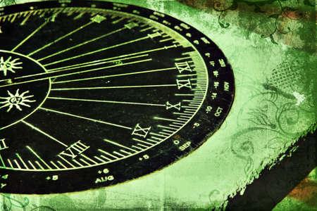 cadran solaire: Grunge cadran avec chiffres romains sur la texture riche vert avec tourbillons