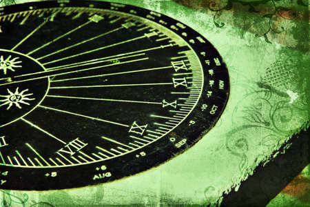 romeinse cijfers: Grunge zonnewijzer met Romeinse cijfers op rijke groene textuur met wervelingen
