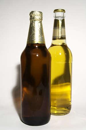 schwarzbier: Zwei Flaschen mit hellem und dunklem Bier Lizenzfreie Bilder