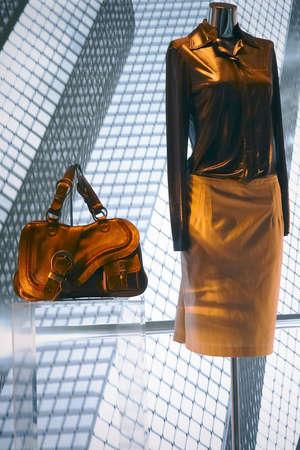 Manichino in una notte show-finestra di una boutique di moda costosa donna usura