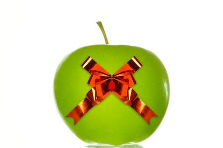 bounty: Verde manzana con una cinta roja. Aisladas más de fondo blanco  Foto de archivo