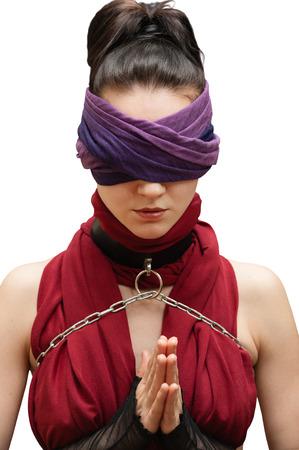 ojos vendados: Chica con los ojos vendados orar fondo blanco