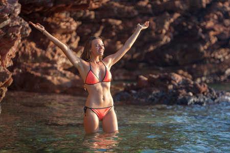traje de bano: Mujer hermosa que se ba�a en el mar