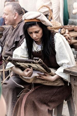 reenactor: Mdina, Malta - 13 de abril - La gente en traje medieval que participan en el festival medieval en Mdina Mdina en 13 de abril 2013
