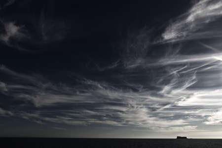 skyscape: Nubes de gran altura formando un hermoso skyscape sobre la isla de Flifla