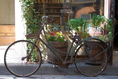 jardineras: A�ada muestra en bicicleta delante de escaparate.