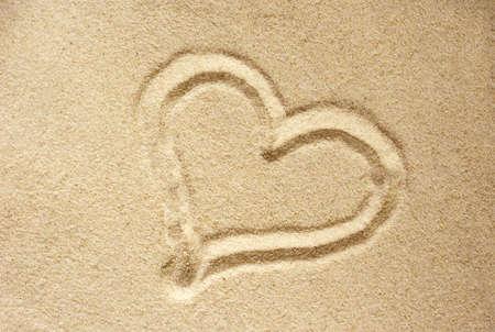 parejas de amor: Coraz�n del amor dibujado en arena seca.