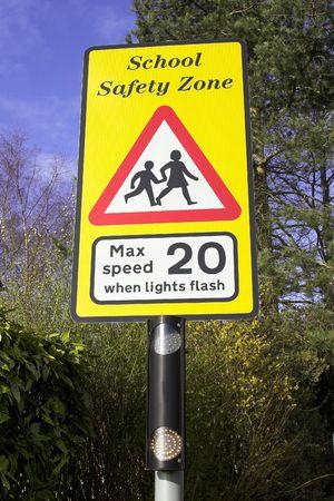 Seguridad Escolar signo señal de advertencia en carretera  Foto de archivo - 2887001
