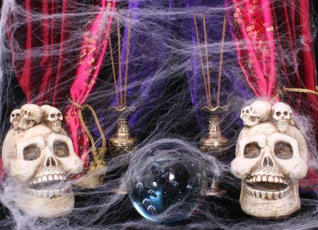 Crystal Ball con cráneos y telarañas Foto de archivo - 596197
