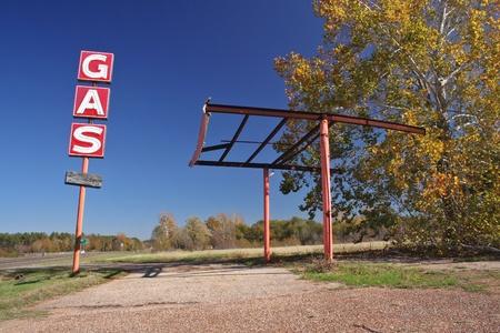 gasolinera: Gas estaci�n abandonada