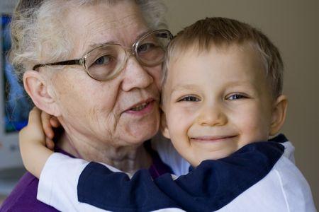 felices muchacho con la abuela