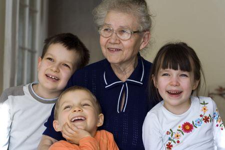 La abuela con los ni�os