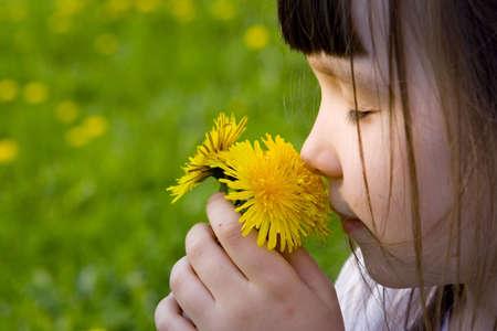 Chica huele flores  Foto de archivo