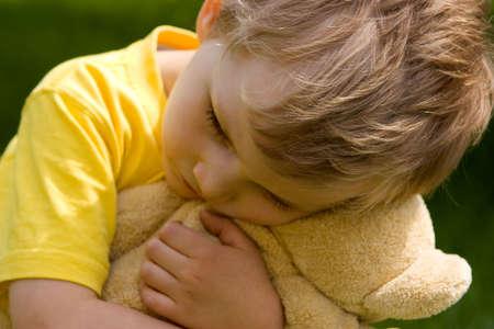 bebe enfermo: Sad muchacho  Foto de archivo