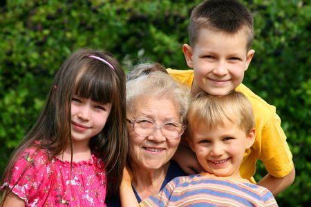 Los ni�os con la abuela
