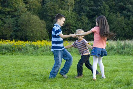 enfants dansant: enfants dansants Banque d'images