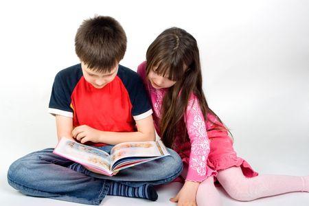 bambini che leggono: i bambini la lettura di un libro