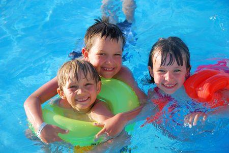 meisje zwemmen: kinderen in het zwembad Stockfoto