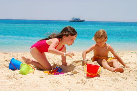 Los ni�os juegan en la playa de la Isla  Foto de archivo