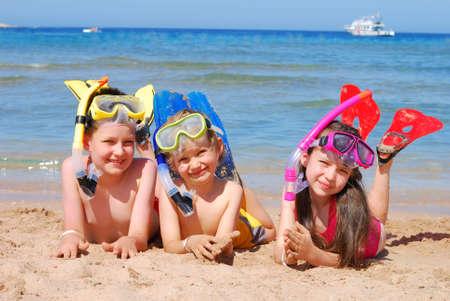 hermanos jugando: swimmerssnorkelers feliz