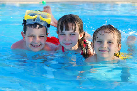 ni�os nadando: feliz nadadores