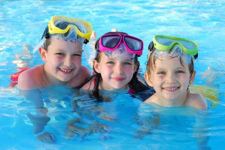 ni�os nadando: Nadadores en el agua