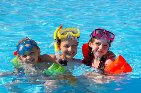 hermanos jugando: nadadores felices