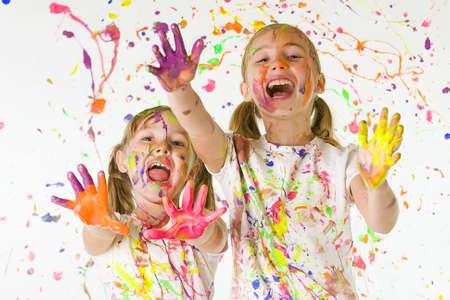 enfants peinture: Enfants s'amusant
