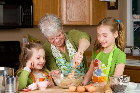 abuela: Abuela en la cocina Foto de archivo