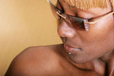 femme noir sexy: Sexy femme noire dans des lunettes de soleil