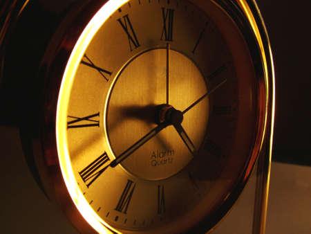 mantel: Vecchio stile mantello orologio con numeri romani in luce ambiente. Archivio Fotografico