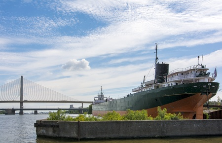 skyway: A cargo ship docked at the port of Toledo with the Veterans Stock Photo