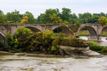 bout: El afloramiento de roca Roche de Bout con las ruinas del puente interurbano que cruza el r�o Maumee en el noroeste de Ohio