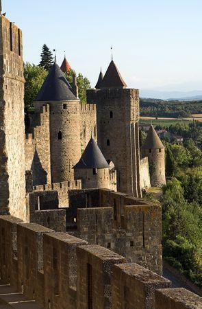 ufortyfikować: Widok na zamek i okolice Carcassonne w słoneczny letni dzień z jasnego nieba