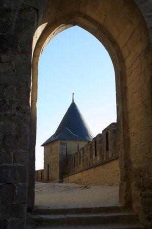 ufortyfikować: Widok na zamek wieża poprzez stare kamienne brama Zdjęcie Seryjne