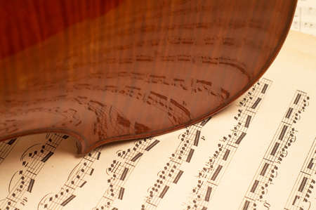 partition: violine  close-up over music notes