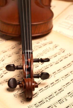 laque: violine head close-up over music notes