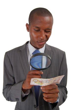dinero falso: �sta es una imagen de un hombre que comprueba la legitimidad de una nota de diez libras (dinero brit�nico). Foto de archivo