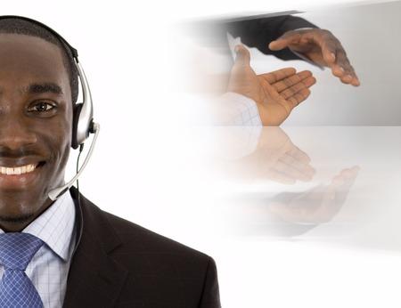 poign�es de main: C'est une image d'un homme avec un casque microphone, conceptuel poign�e de main avec en arri�re-plan.  Banque d'images