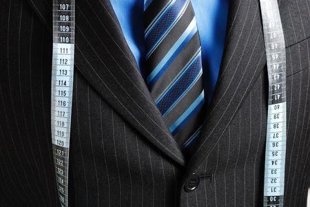 cinta metrica: Esta es una imagen de hombre de negocios el uso de una cinta de medir a trav�s de su ejemplo.